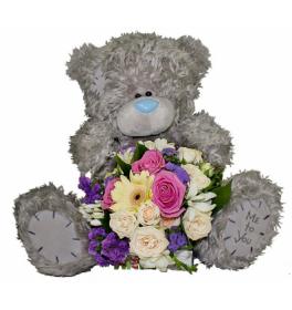Плюшевый мишка и цветы